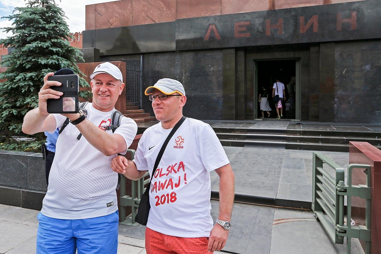 Supporters de l'équipe de football de Pologne devant le mausolée