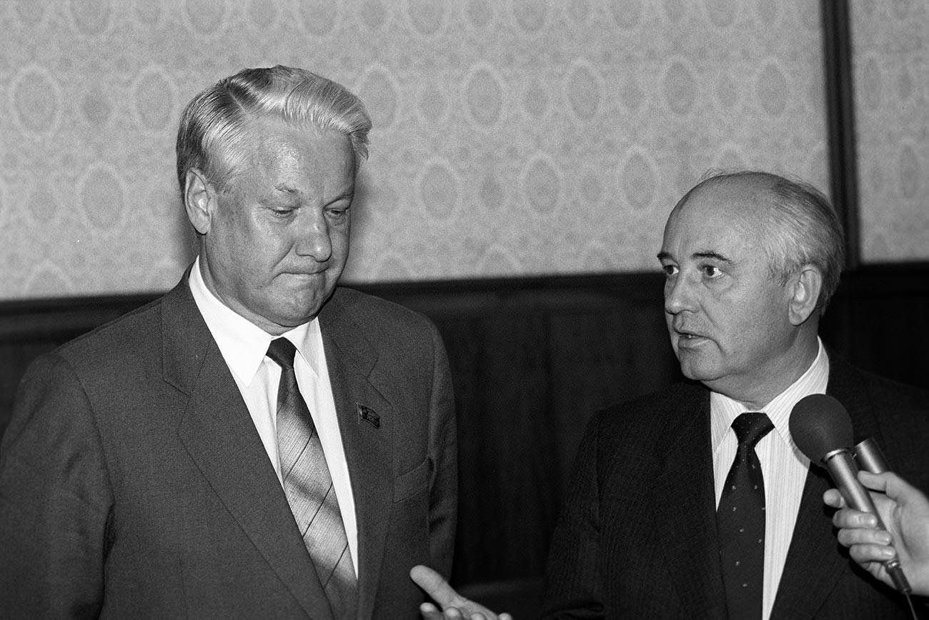 Михаил Сергејевич Горбачов, председник СССР-а и генерални секретар ЦК КПСС  (десно) и Борис (справа) у сусрету са председником Врховног совјета РСФСР Борисом Николајевичем Јељцином.