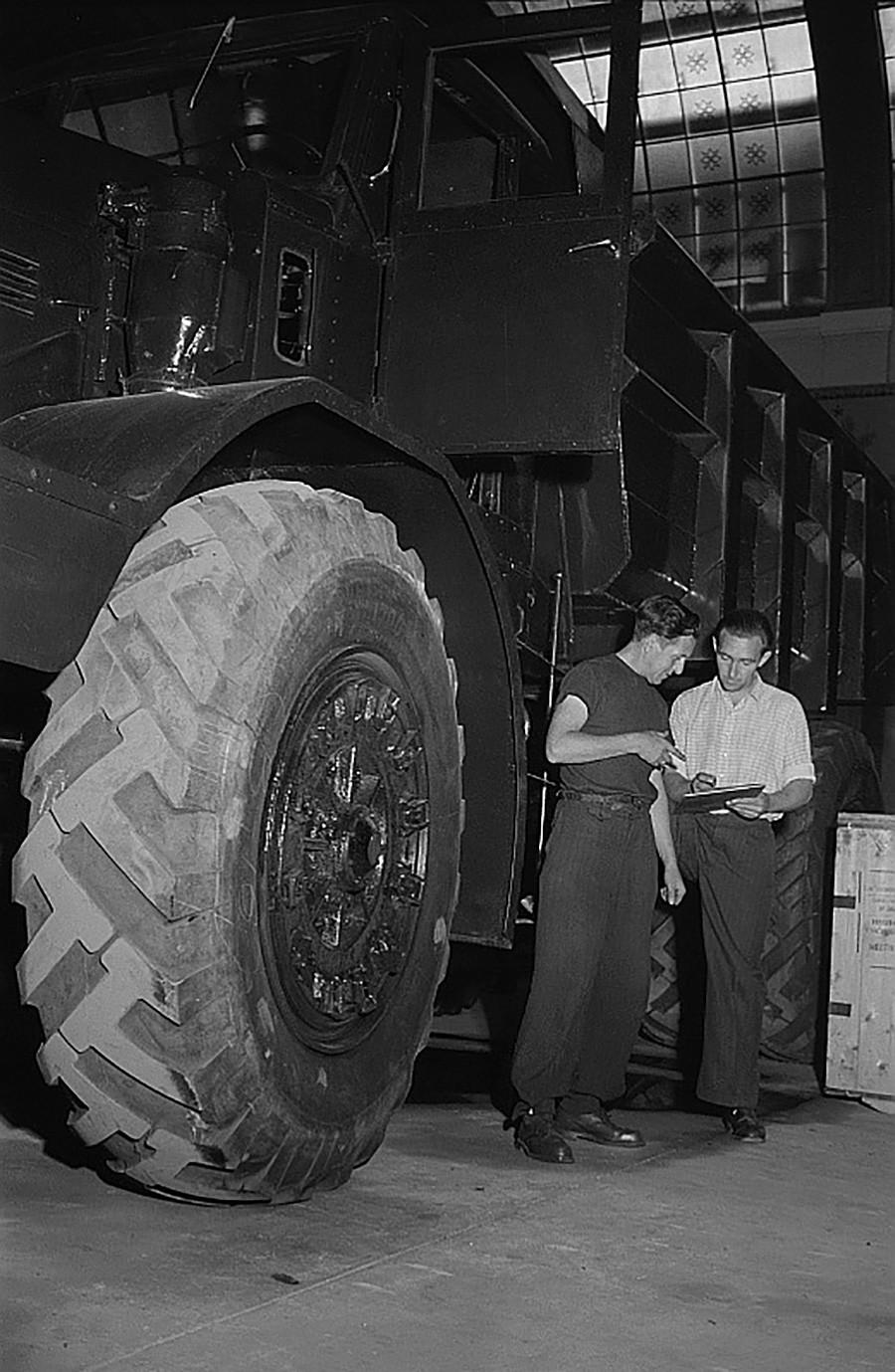 MAZ-525ダンプカーの車輪。1953年