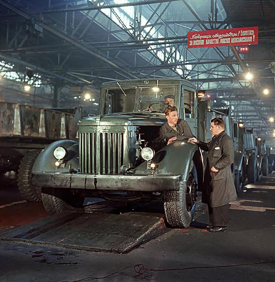 ミンスク自動車工場のコンベアに載ったダンプカー。1953年