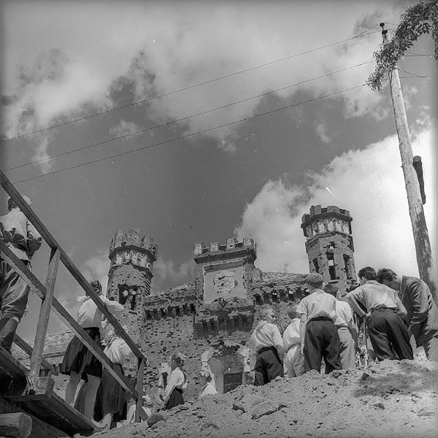 ブレスト要塞の前に立つピオネールら。1960年代