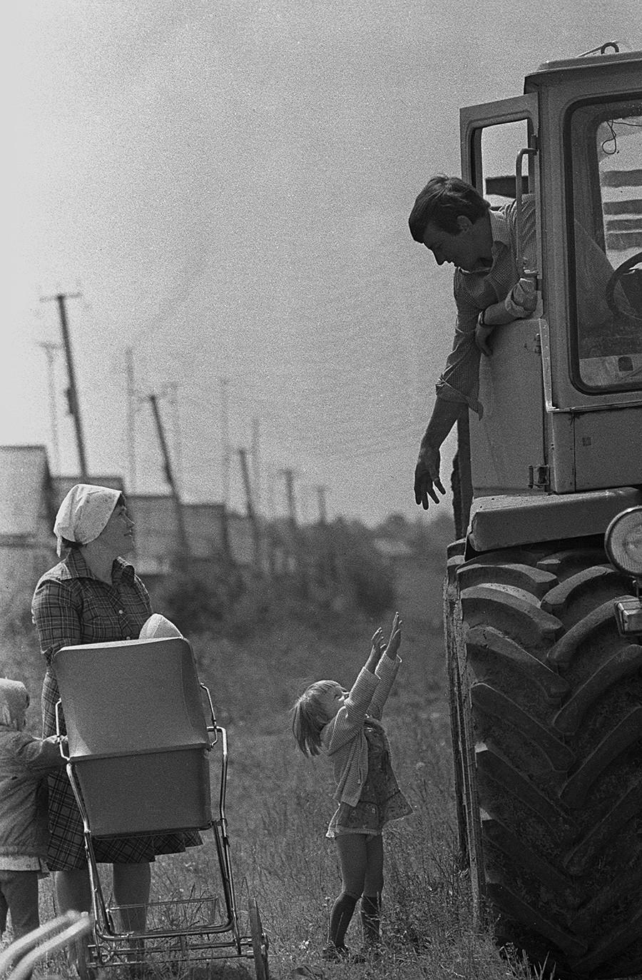 百万長者コルホーズ(収入100万ルーブル以上のコルホーズ)「ソビエト・ベラルーシ」の畑から帰宅した機械化技術要員。1987年
