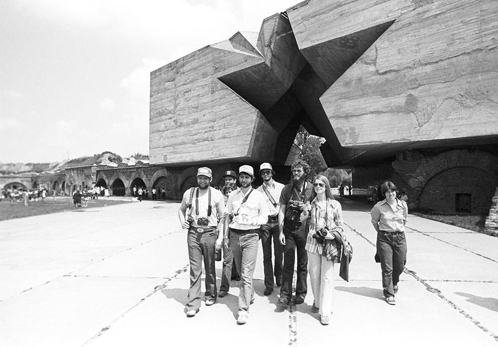 ベラルーシ・ソビエト社会主義共和国の記念施設「英雄ブレスト要塞」を訪れた米国代表団。1978年