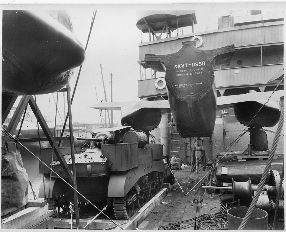 Un tanque Stuart M3A1 y una parte del fuselaje de un bombardero A-20, a borde de un barco parte de un convoy polar.