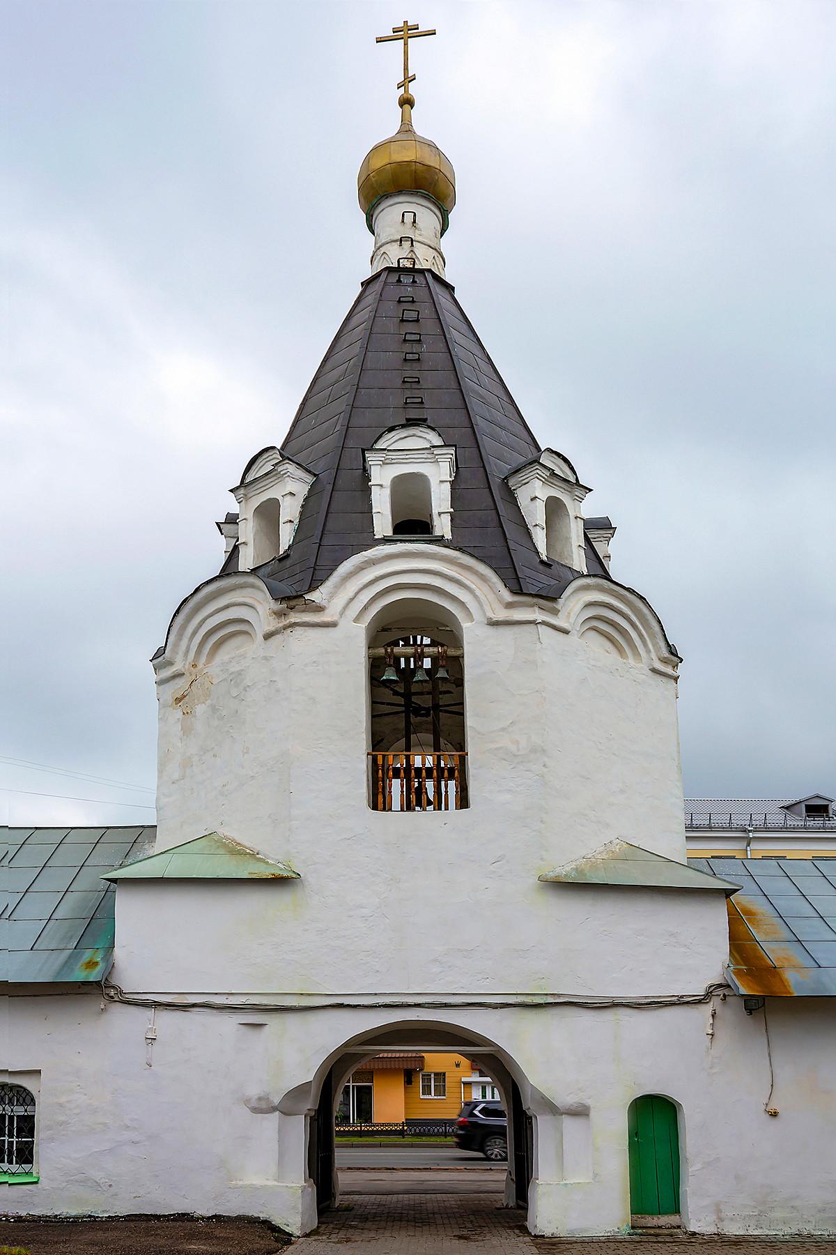 Kirche des Erzengels Michael mit einem Glockenturm