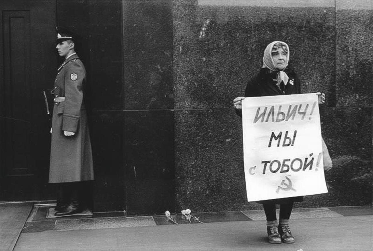 レーニン廟の前、女性は「イリイチ(レーニンのミドルネーム)、我らはあなたを支持する」と書いてあるピスターを掲げている、1991年