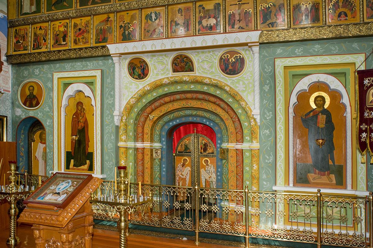Rostov.Monastèredel'ÉpiphanieSaintAbraham. Église deSaint-Nicolas au-dessus de la Sainte Porte. Nouvelle iconostase