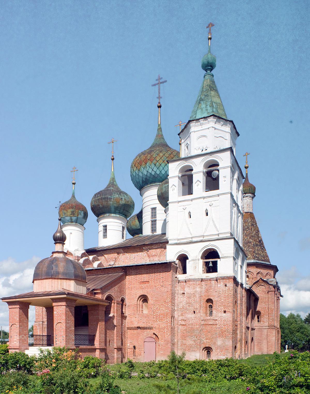 Monastèredel'ÉpiphanieSaintAbraham. Cathédrale del'Épiphanie, vue sud-ouest avec chapelles de Jean-Baptiste etSaint-Jean attenantes (à droite, sousleclocher)