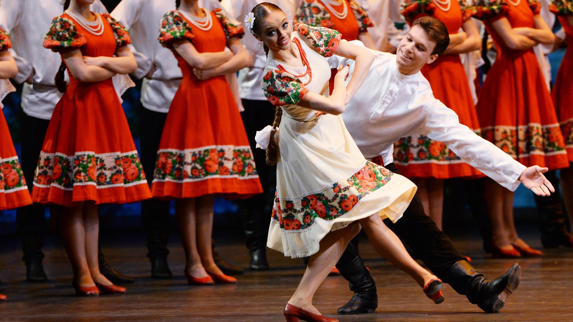 'Summer' Russian folk dance by artists of the Igor Moiseyev ballet