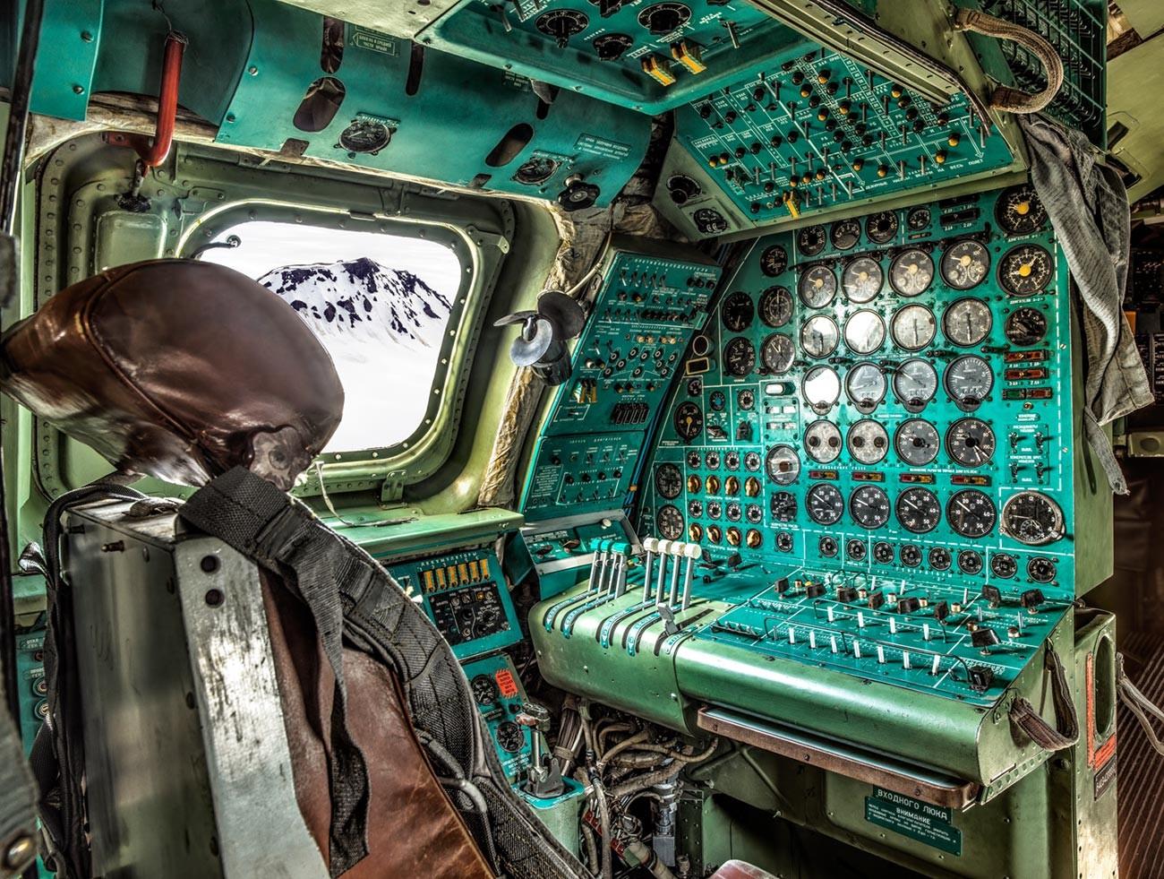 Pesawat pengebom strategis bertenaga empat mesin turboprop besar Tupolev Tu-95.