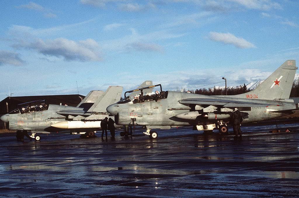 Dos aviones Vought EA-7L 'Corsair' II del escuadrón de guerra electrónica VAQ-34 durante el Ejercicio del Pacífico Norte de la 3ª Flota de los EE UU (NORPACEX) en 1987.