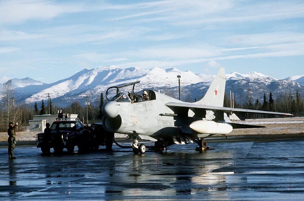 Un avión EA-7L del escuadrón de guerra electrónica VAQ-34 de la Armada de los EE UU  en la Base de la Fuerza Aérea de Elmendorf, Alaska (EE.UU.) el 8 de noviembre de 1987. Obsérvense la estrella soviética y los números rojos del avión.