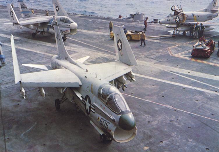 Tres 'Corsair' a bordo del portaaviones USS Ticonderoga (CVA-14) en 1969 durante un despliegue a Vietnam.