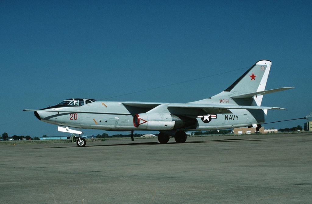Un Skywarrior Douglas EA-3B de la Marina de los EE UU del escuadrón de guerra electrónica táctica VAQ-34 en la Estación Aérea Naval de Dallas (Texas) el 1 de febrero de 1988