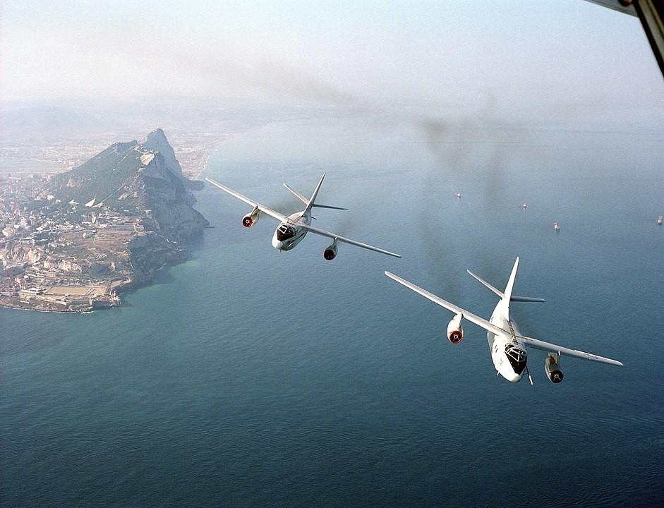 Dos aviones EA-3B Skywarrior del Escuadrón de Reconocimiento Aéreo de la Flota 2 (VQ-2) sobrevuelan Gibraltar.