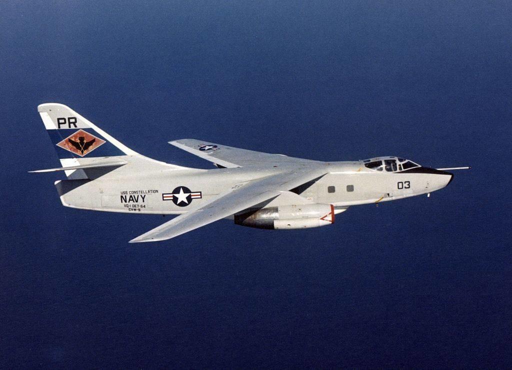 Un Skywarrior Douglas EA-3B de la Marina de los Estados Unidos en vuelo sobre el Mar de la China Meridional.