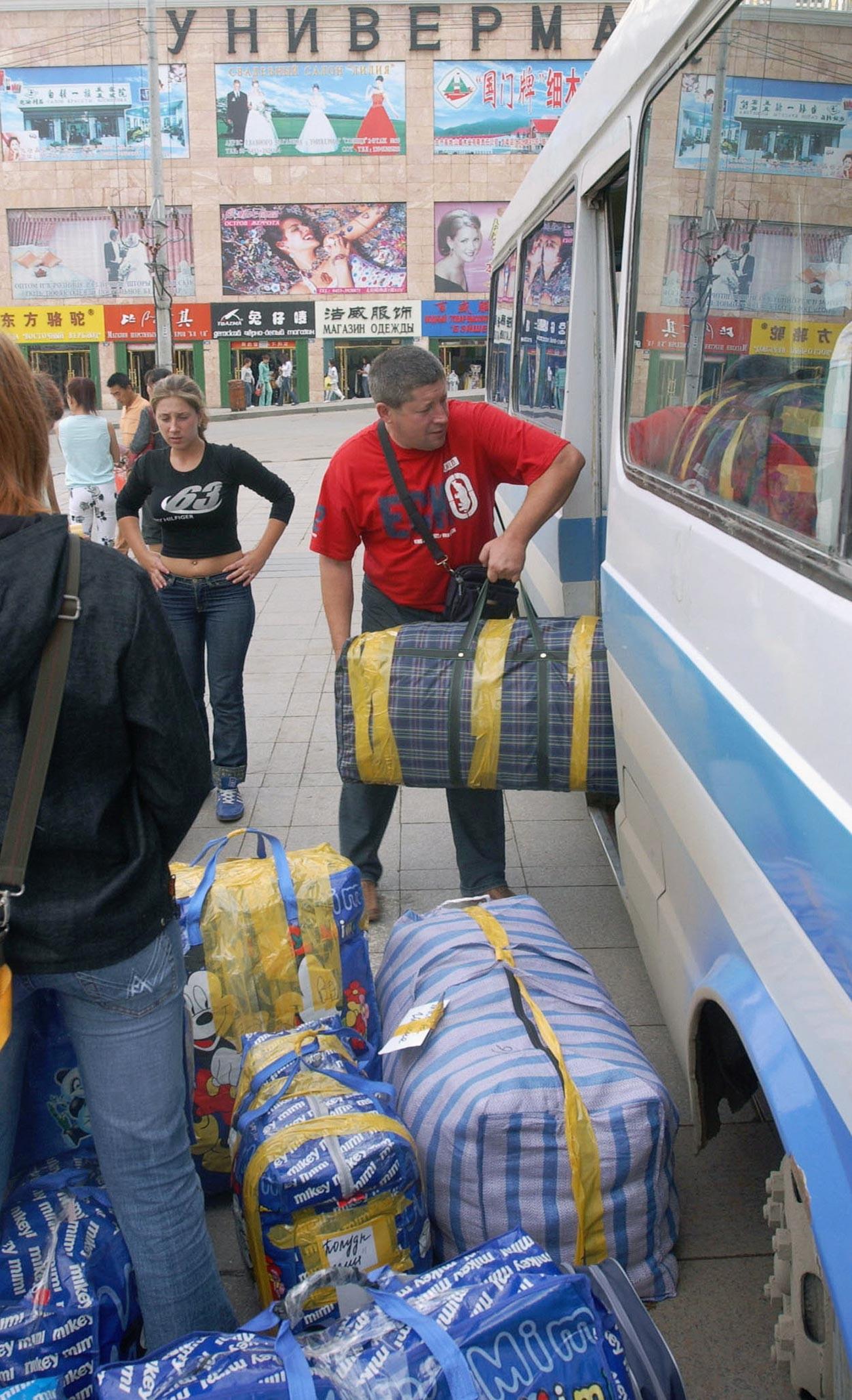 中国の綏芬河市。ロシアのチェルノキは中国で買った商品を持ち帰る。