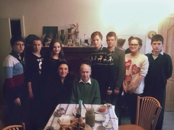 Monsieur Ogourtsov et Zoya Arrignon avec les éléves de l'école 42 de Iarosalvl