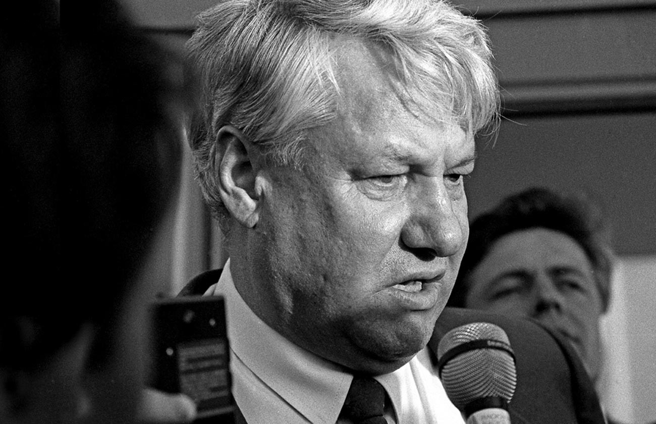 Boris Yeltsin give an interview to journalists.