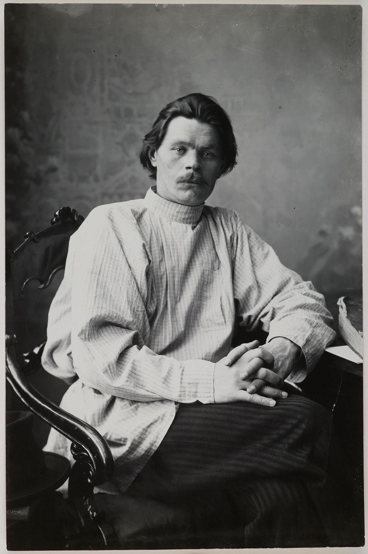 Портрет Максима Горког у фотељи са косоворотком светле боје.