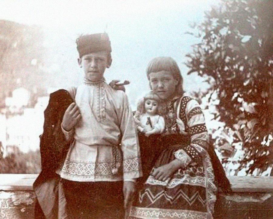 Ања и Волођа Сукачов у парку.