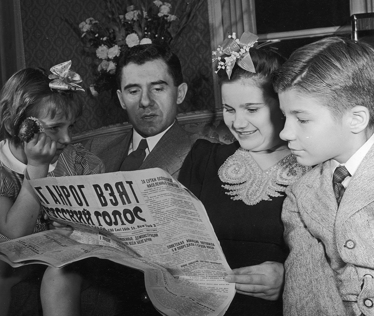 Novi sovjetski veleposlanik v ZDA Andrej Gromiko v svojem diplomatskem stanovanju v Washingtonu skupaj z ženo Lidijo, hčerko Emilijo in sinom Anatolijem, 1944
