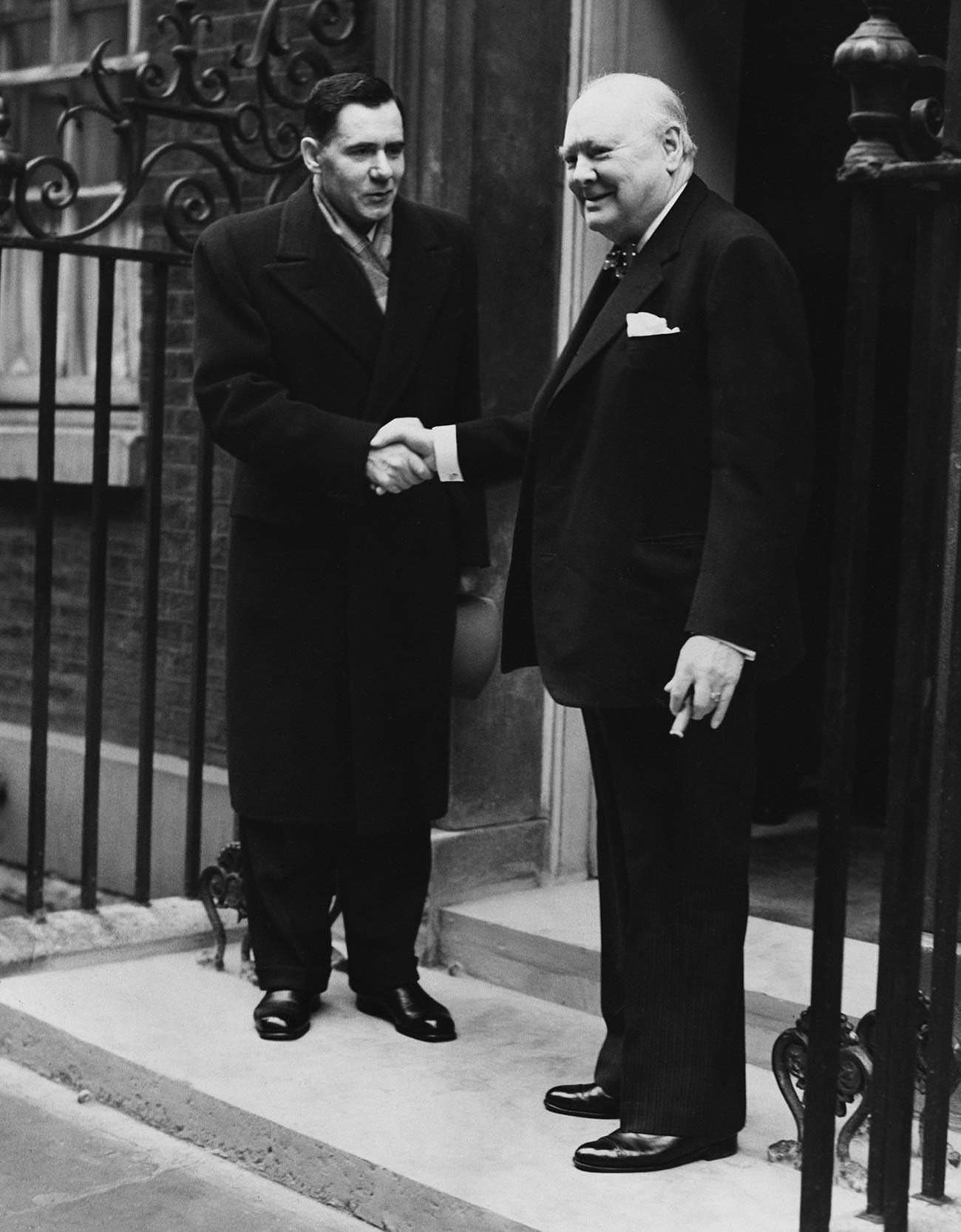 Gromiko se rokuje s konservativnim britanskim premierjem Winstonom Churchillom na ilici 10 Downing Street med obiskom v zahvalo britanski donaciji hrane ZSSR