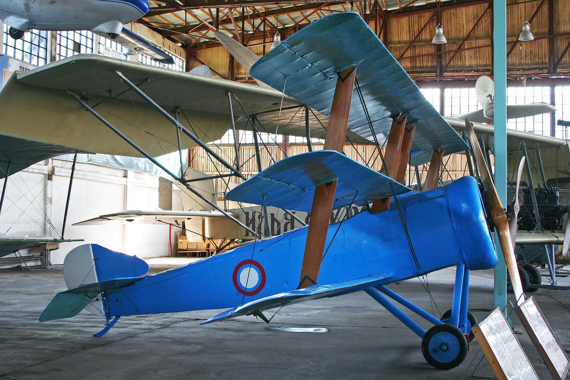 El Sopwith Triplane de Mónino, en un inexplicable esquema de pintura en azul, antes de su restauración.