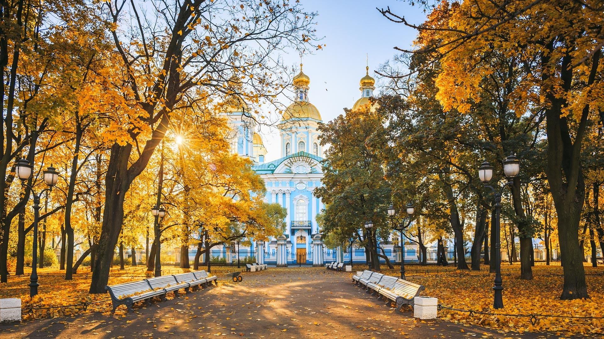 Nikolska pomorska katedrala v Sankt Peterburgu jeseni