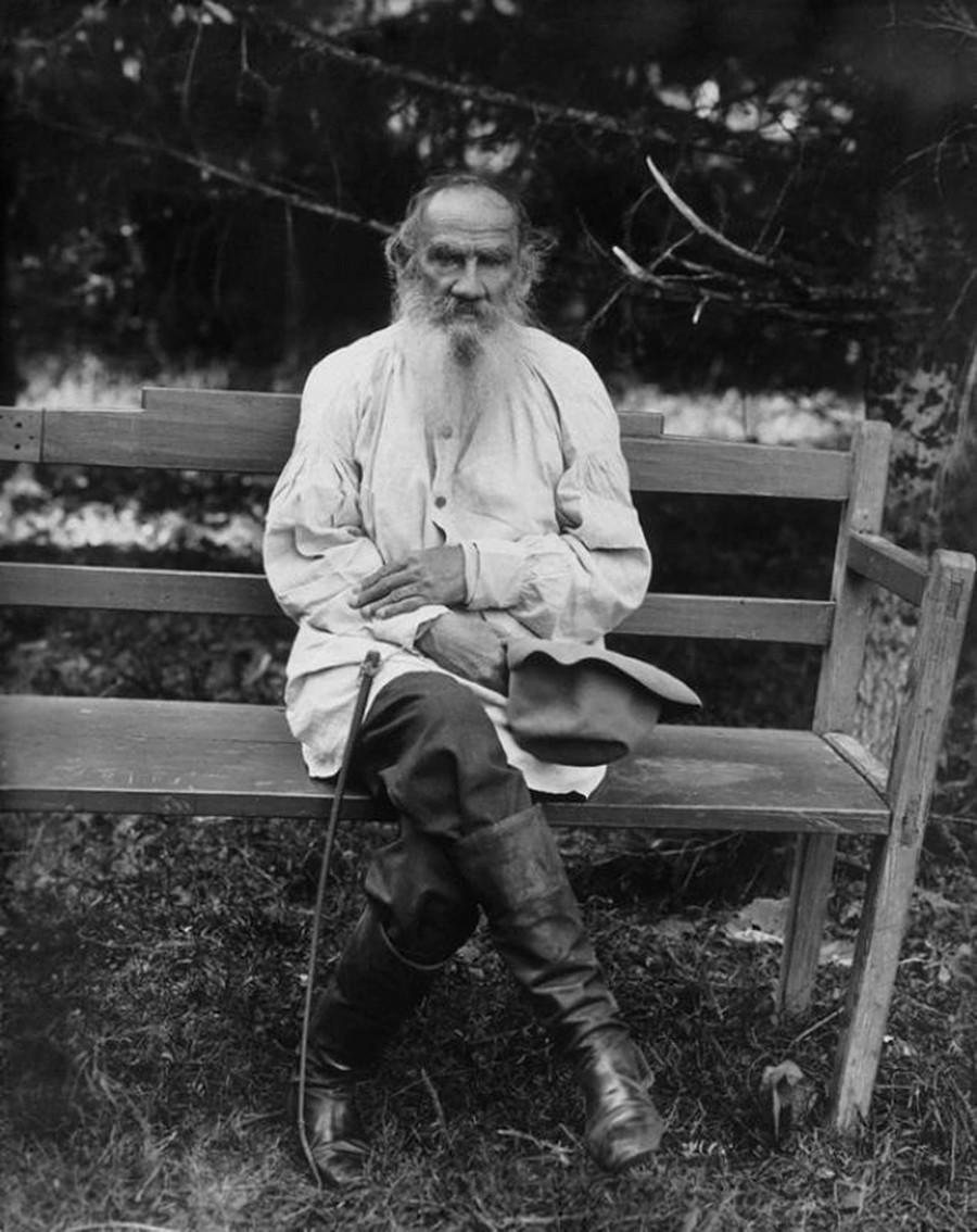 Лев Толстой в своей фирменной рубахе. Ясная Поляна, 1903