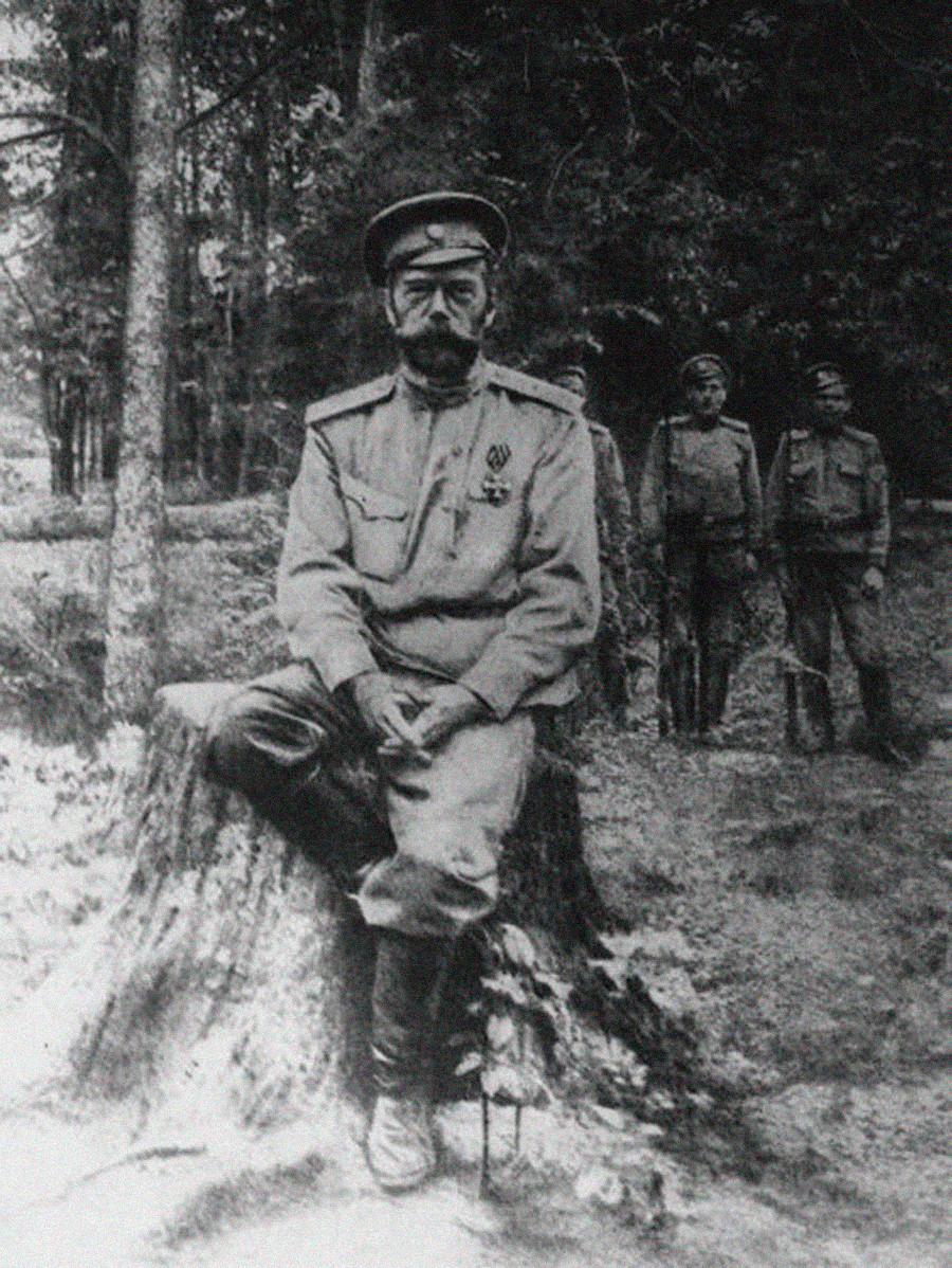 Car Nikolaj II. v ujetništvu med zastraženim sprehodom v Carskem selu