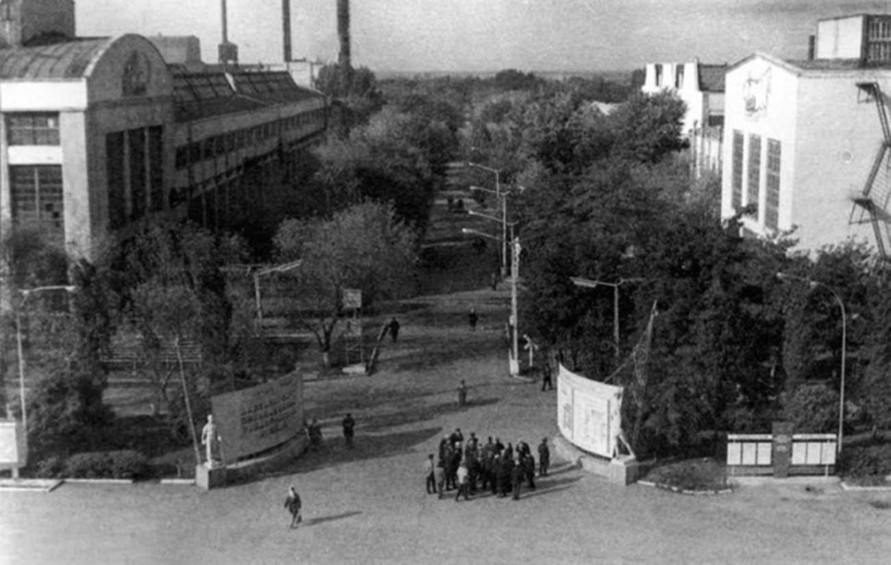 La porta d'ingresso della fabbrica di locomotive elettriche di Novocherkassk