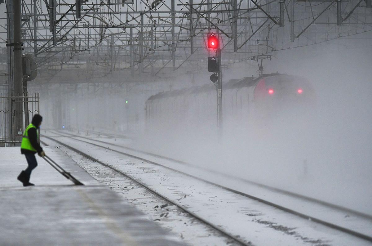 Уборка снега на платформе