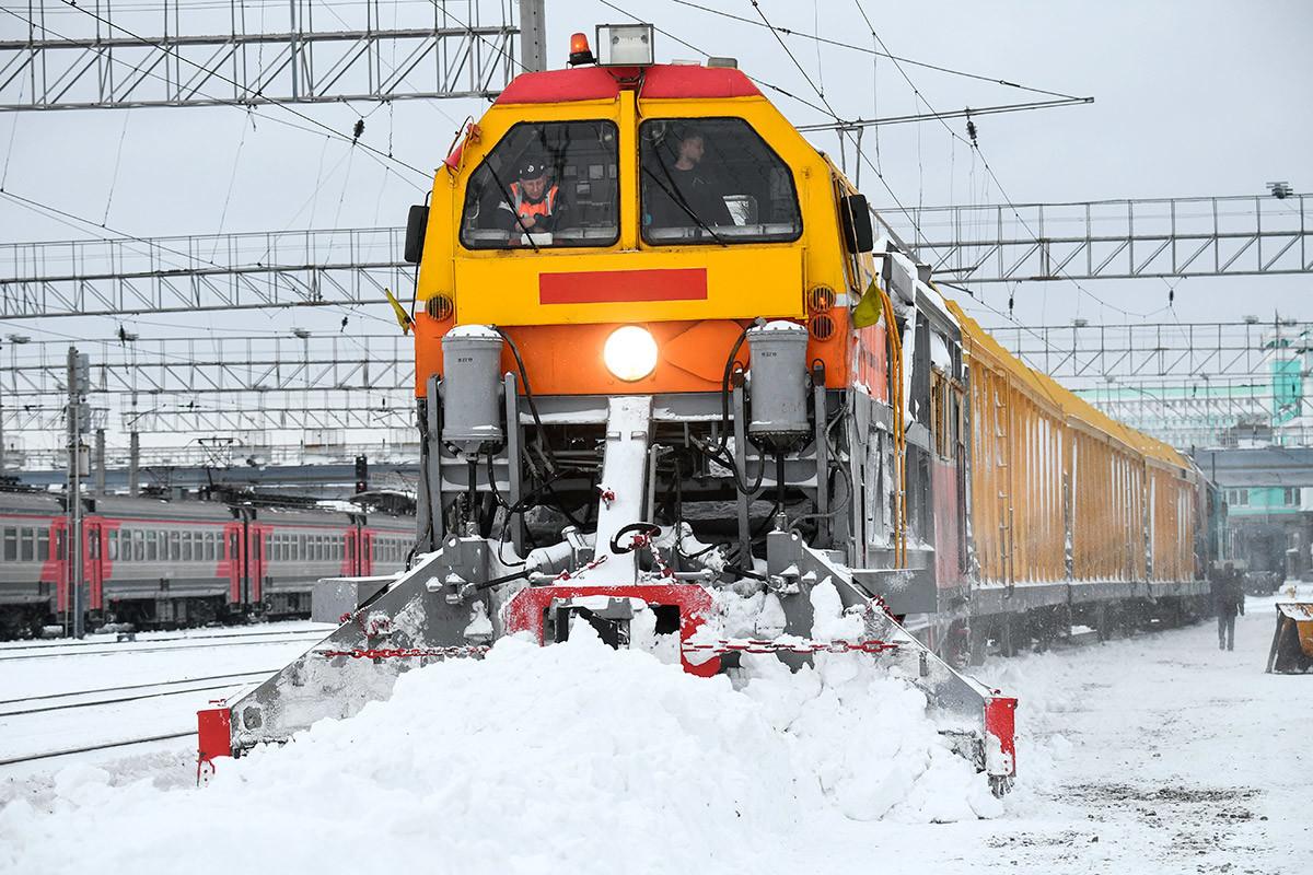 Снегоуборочный поезд СМ-2 на станции