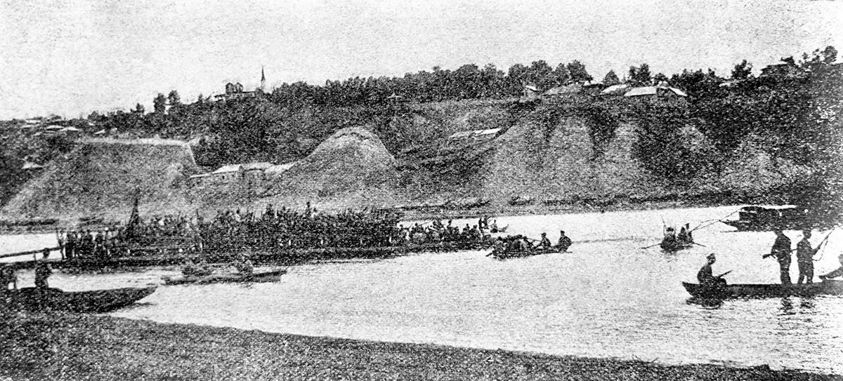Части 25-й стрелковой дивизии Василия Чапаева во время переправы через реку Белая.