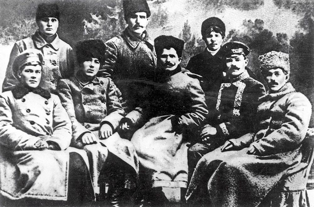Легендарни херој грађанског рата, командант дивизије Василиј Чапајев (у центру, седи) са командирима. 1918.