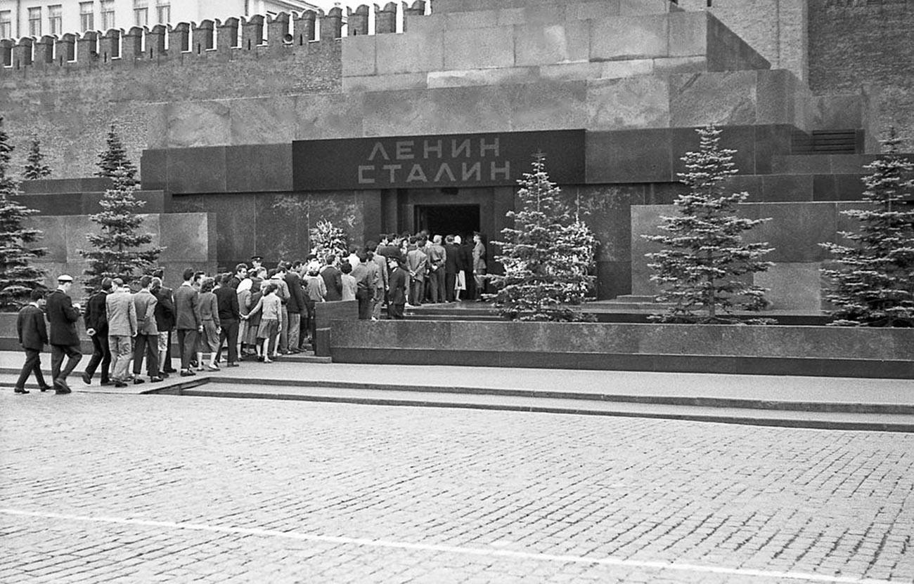 Per un certo periodo la salma di Stalin riposò accanto a Lenin nel mausoleo. Foto scattata nel 1957