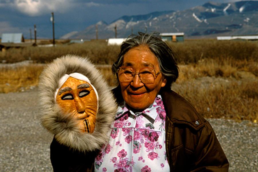 Moradora local com máscara tradicional na aldeia de Eskimo, no Alasca.