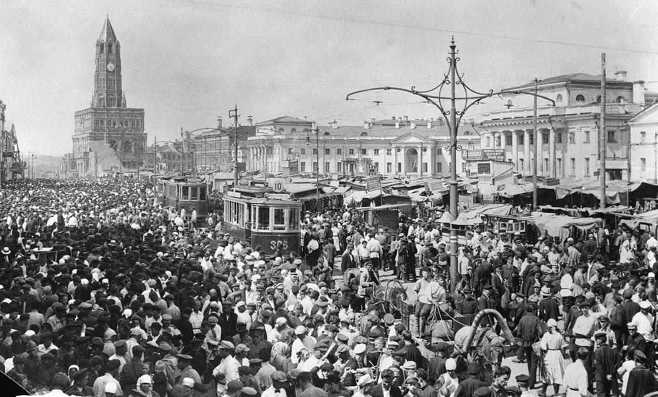 Naum Granovskij. Vista del Sukharevskij rynok, il mercato di Piazza Bolshaja Sukharevskaja (poi Piazza dei Kolkhoz dal 1939 al 1994) e della Torre Sukharev (demolita nel 1934), foto dei tardi anni Venti del Novecento