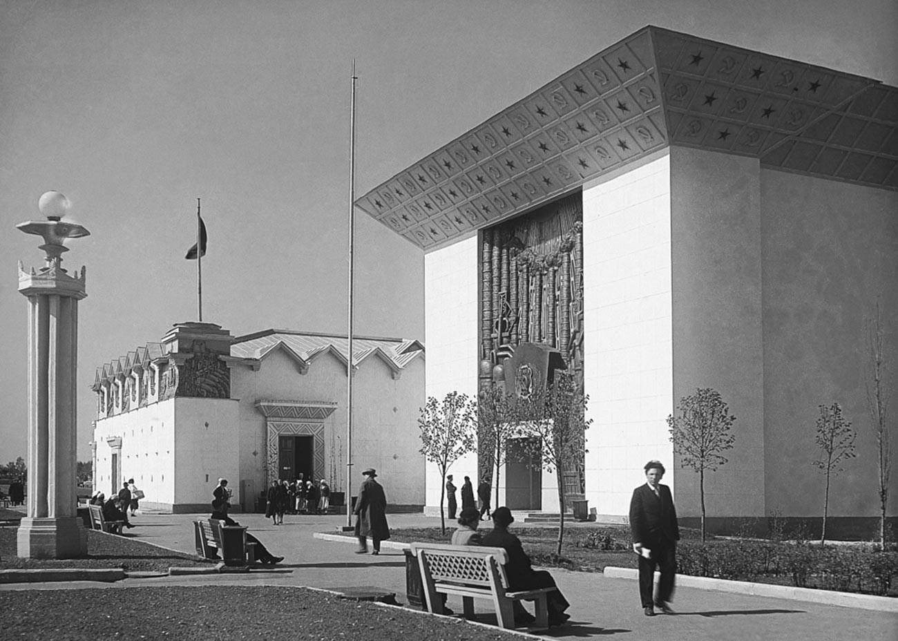 Naum Granovskij. VsKhv (Esposizione agricola dell'Unione); oggi VdnKh (Esposizione delle conquiste dell'economia nazionale). Padiglione delle regioni centrali della Rsfsr (Repubblica Socialista Federativa Sovietica Russa), foto del 1939