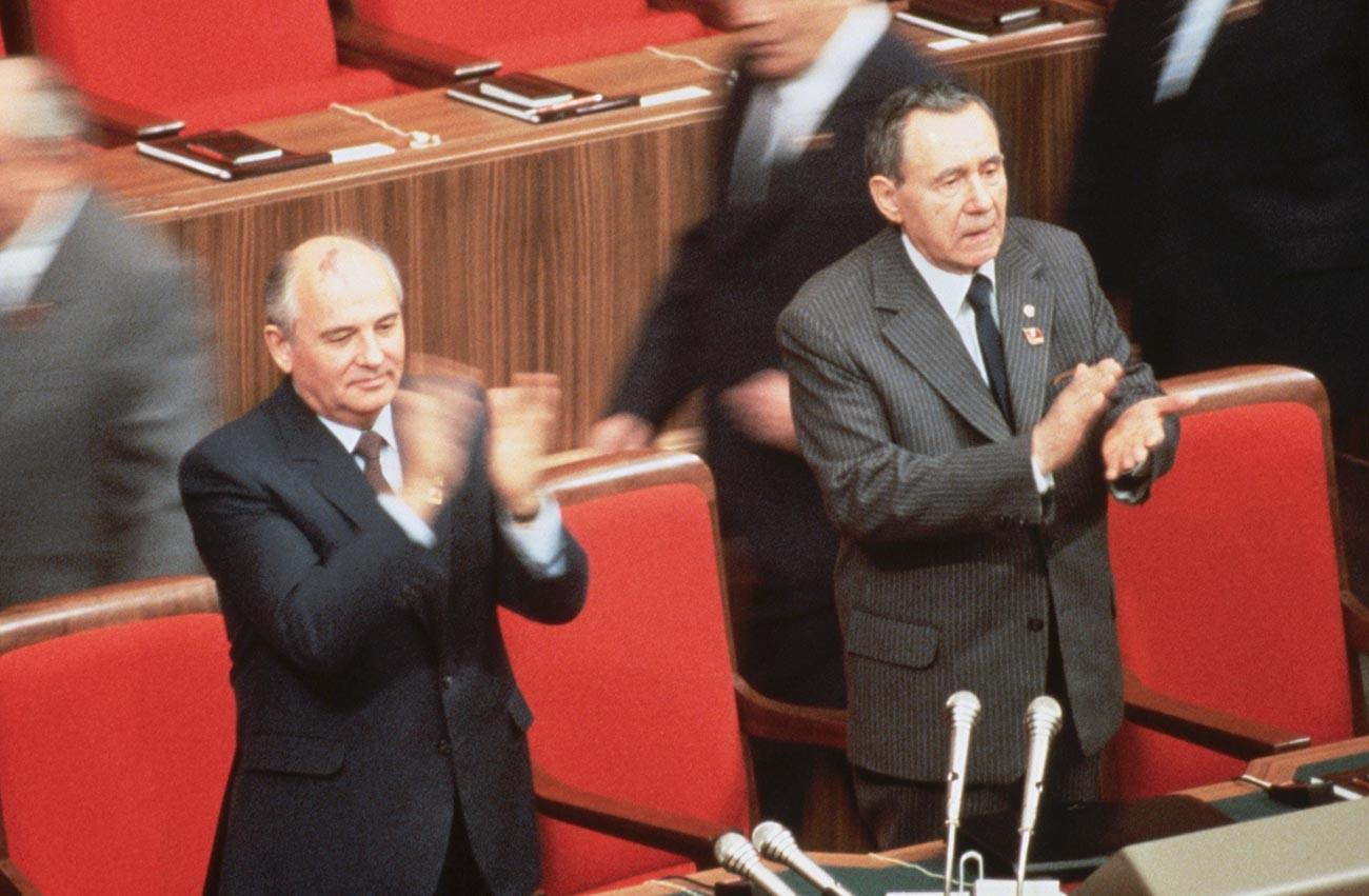Michail Gorbatschow und Andrei Gromyko während eines Plenums des sowjetischen Zentralkomitees im Jahr 1987