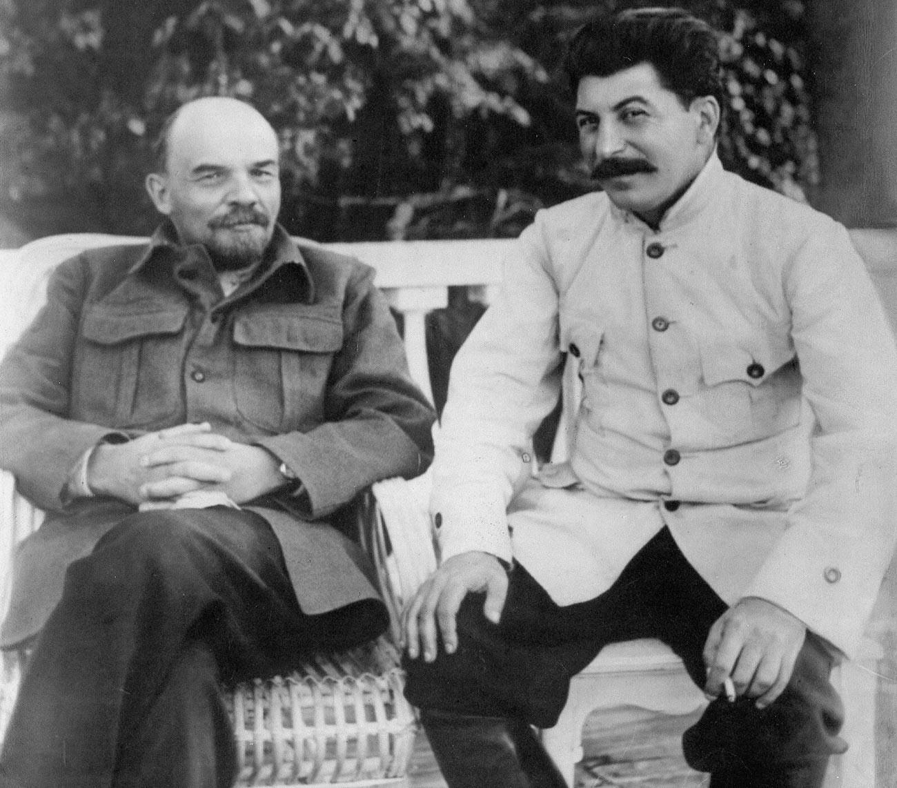 Vladimir Lenin (kiri) dan Joseph Stalin.