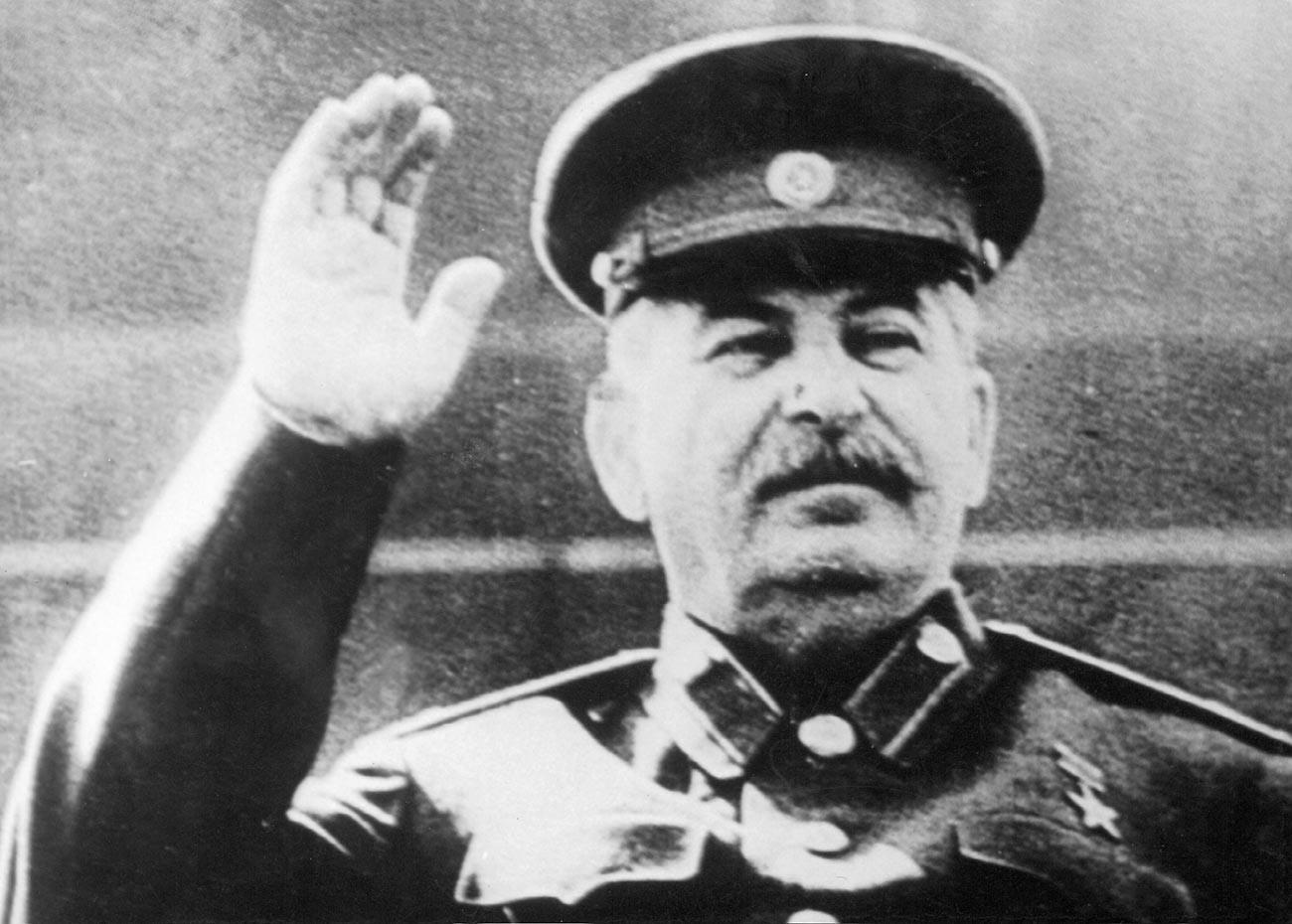 Joseph Stalin di mimbar Mausoleum Lenin, Moskow.