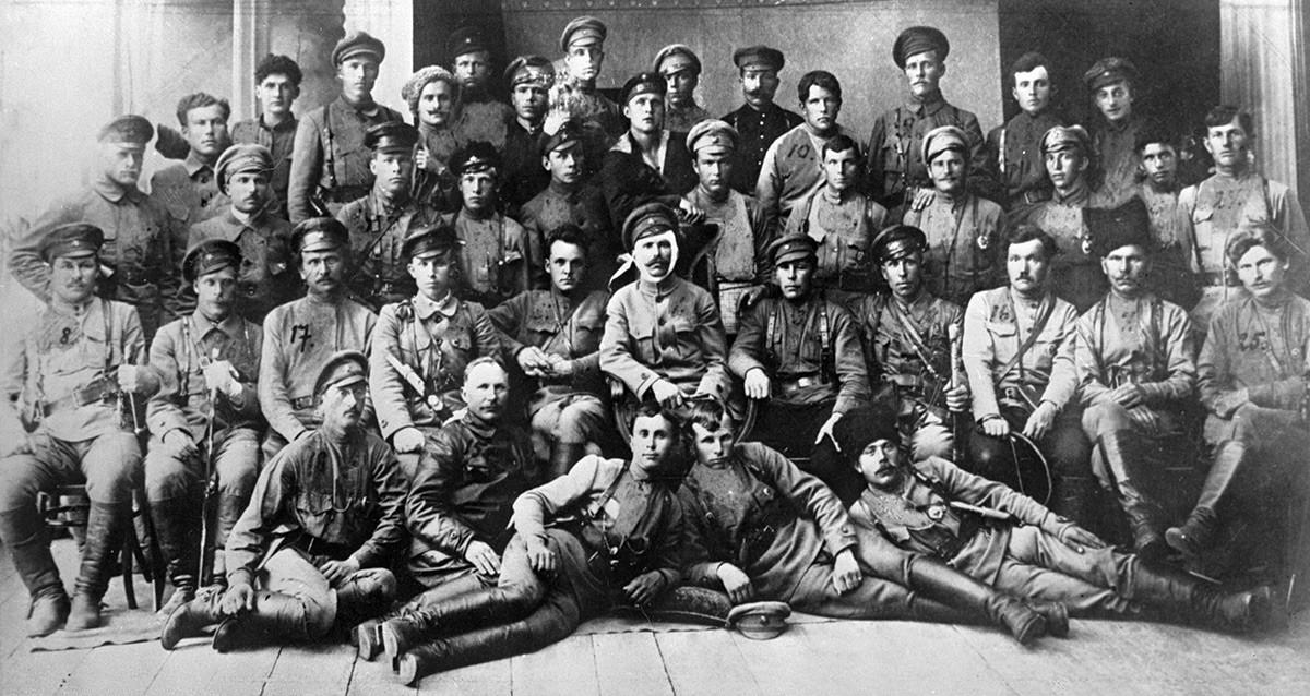 Poveljnik 25. strelske divizije Vasilij Čapajev (s povezo na glavi) in komisar Dmitrij Furmanov (levo od njega) med poveljniki in komisarji Rdeče armade po zavzetju Ufe, 1919