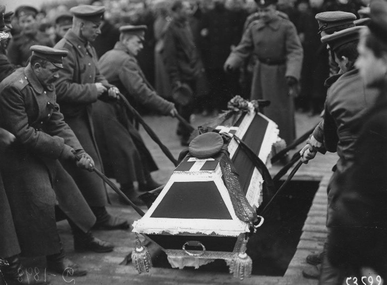 Погребување жртви на револуцијата