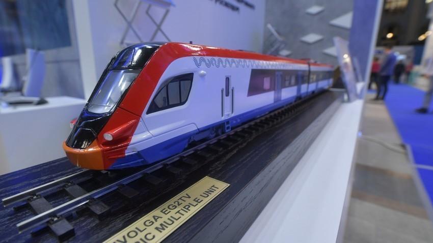 """Новите """"плацкартни"""" вагони (вагони од 3 класа без купе) на компанијата """"Руски железници"""". Макета на воз """"Иволга"""" на изложбата """"Транспортот на Русија""""."""