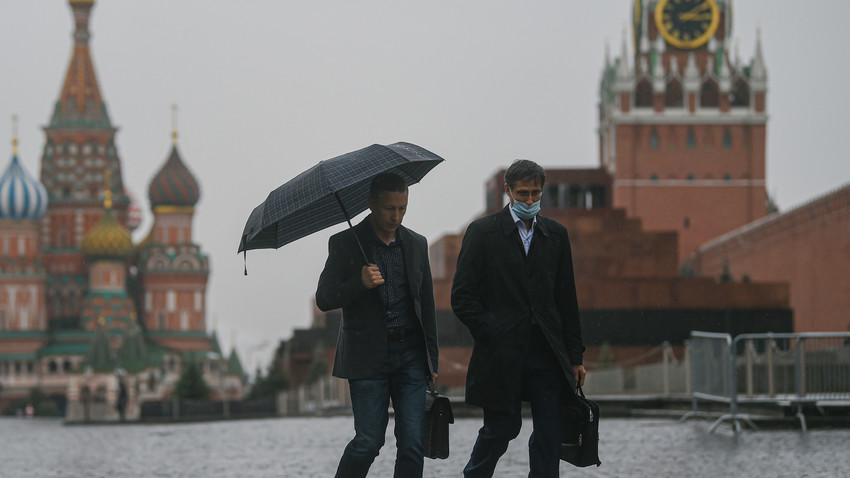 Warga melintas di Lapangan Merah, Moskow, Rusia, Senin (28/9).