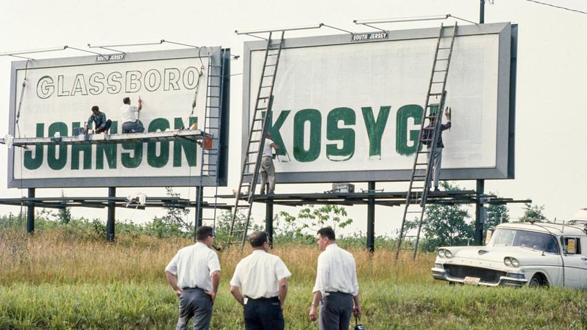 Natpis dobrodošlice s imenima Johnsona i Kosigina na autocesti tijekom  sovjetsko-američke konferencije u Glassborou.