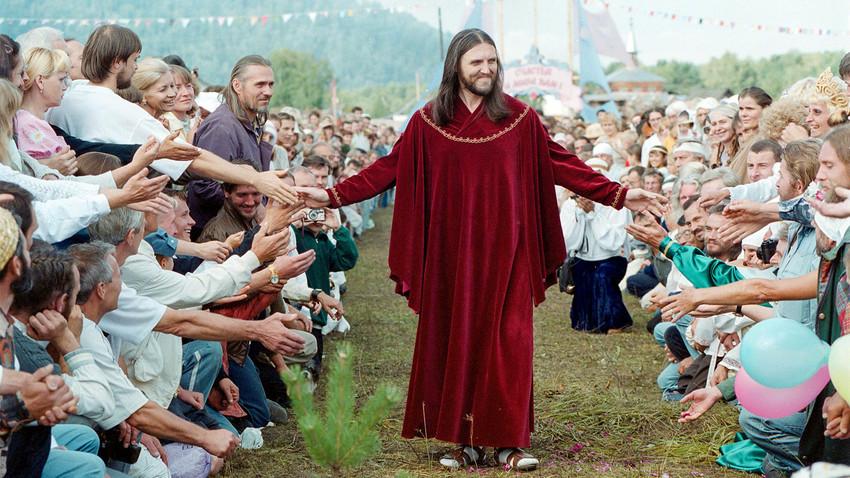 Висарион, чието истинско име еСергей Тороп, се среща със своите последователи по време на пиршество в село Петропавловка, на около 700 км югоизточно от Красноярск, 18 август 2002 г.