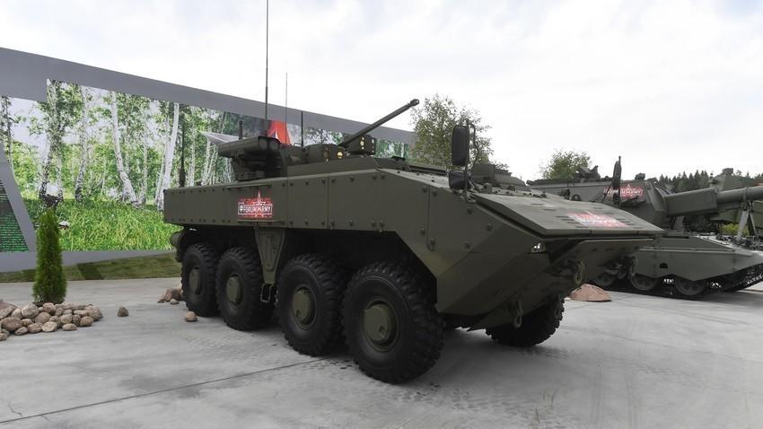 """Бойна бронирана машина """"Бумеранг"""" по време на форума """"Армия-2018"""" в Кубинка"""